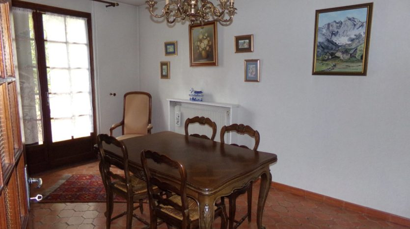 a stay of 37 m² crossing and giving on a terrace under veranda of 31 m². There is also a kitchen and pantry